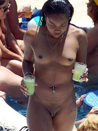 Nude ebonies in amateur beach photos