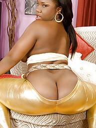Ebony slut Morgan Cummings posing in..